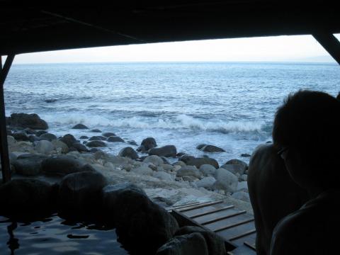 東伊豆の露天風呂「黒根岩風呂」の内部