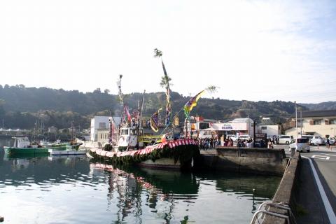 係留されたデコ漁船-大瀬まつり